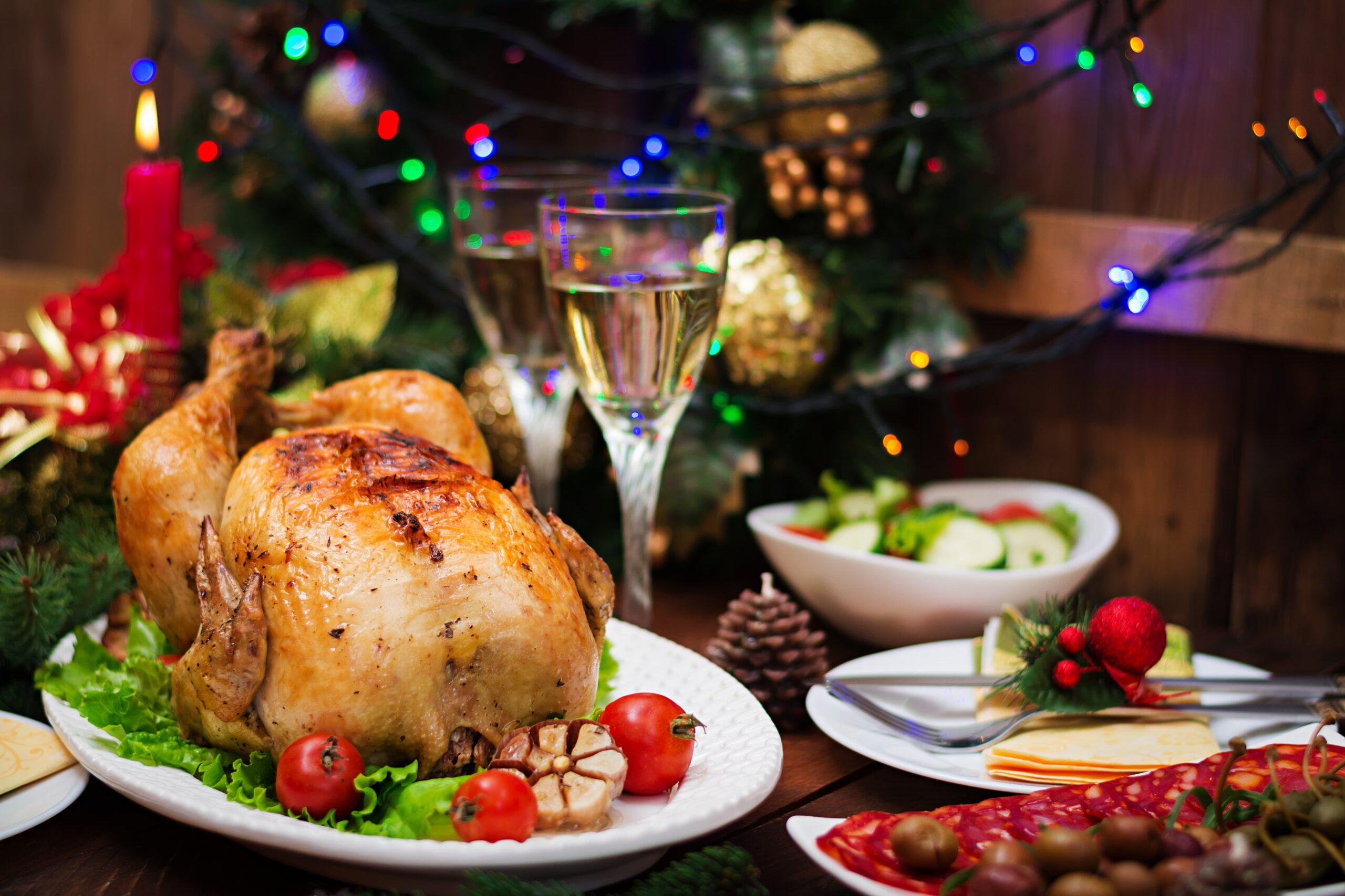 mesa de natal com um frango natalino para a ceia