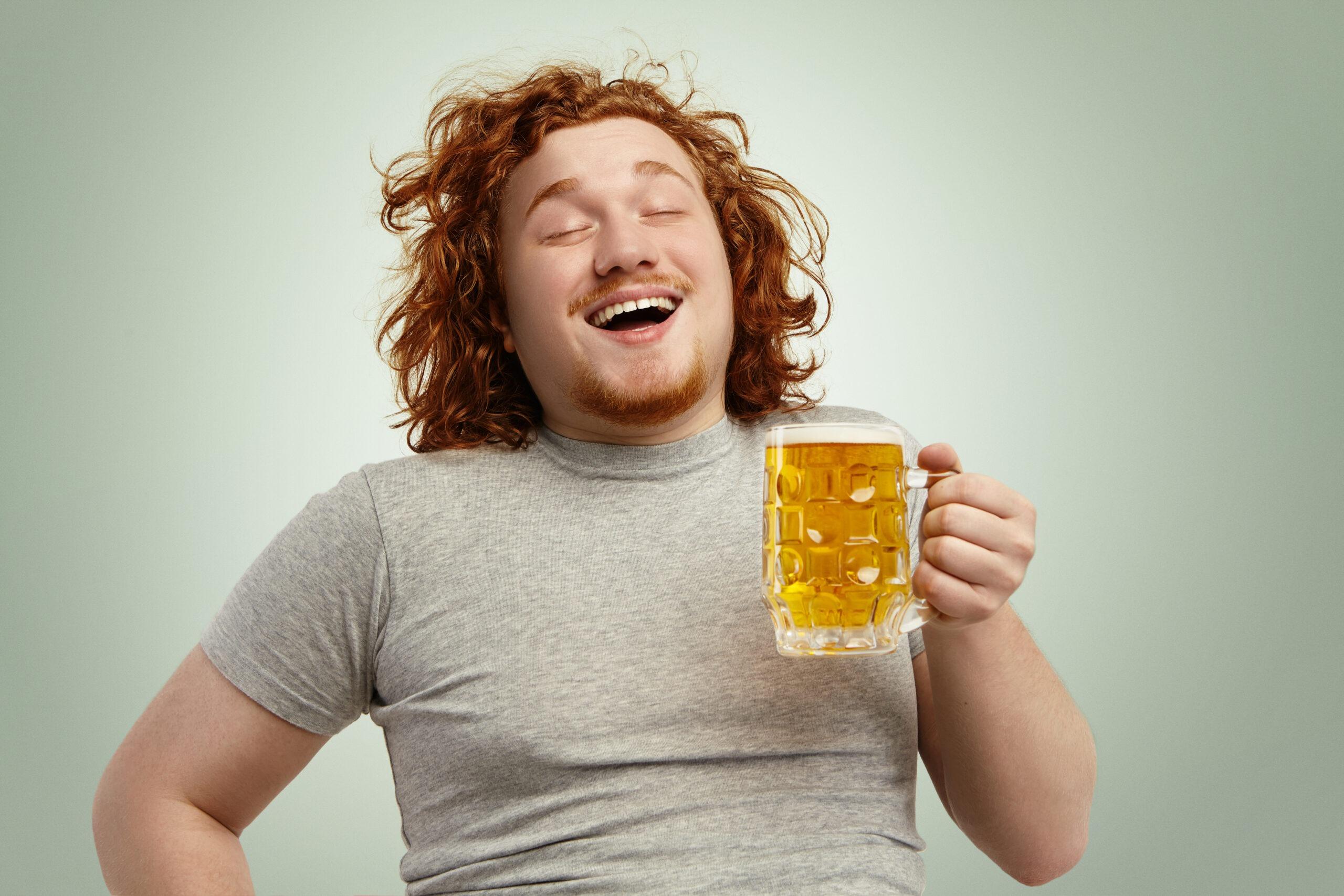 Imagem de um homem ruivo feliz por aprender como gelar cerveja rápido