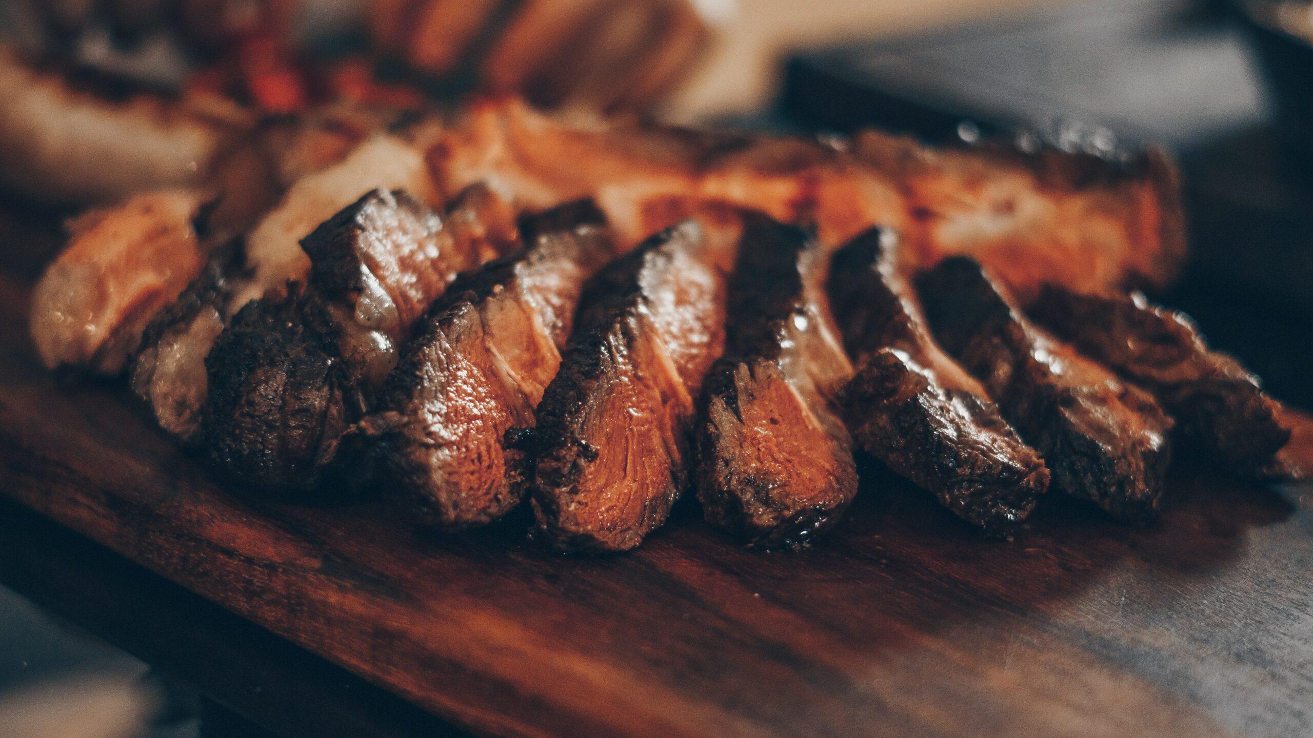 Imagem de pedaços de carne para explicar como calcular carne para churrasco