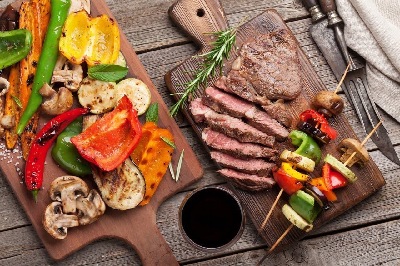 carnes de churrasco em uma tábua