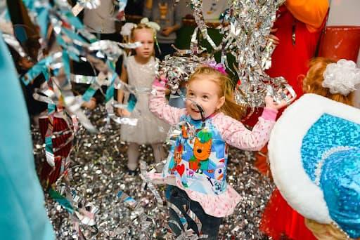 para os temas de festa infantil temos crianças em uma festa com serpentinas coloridas