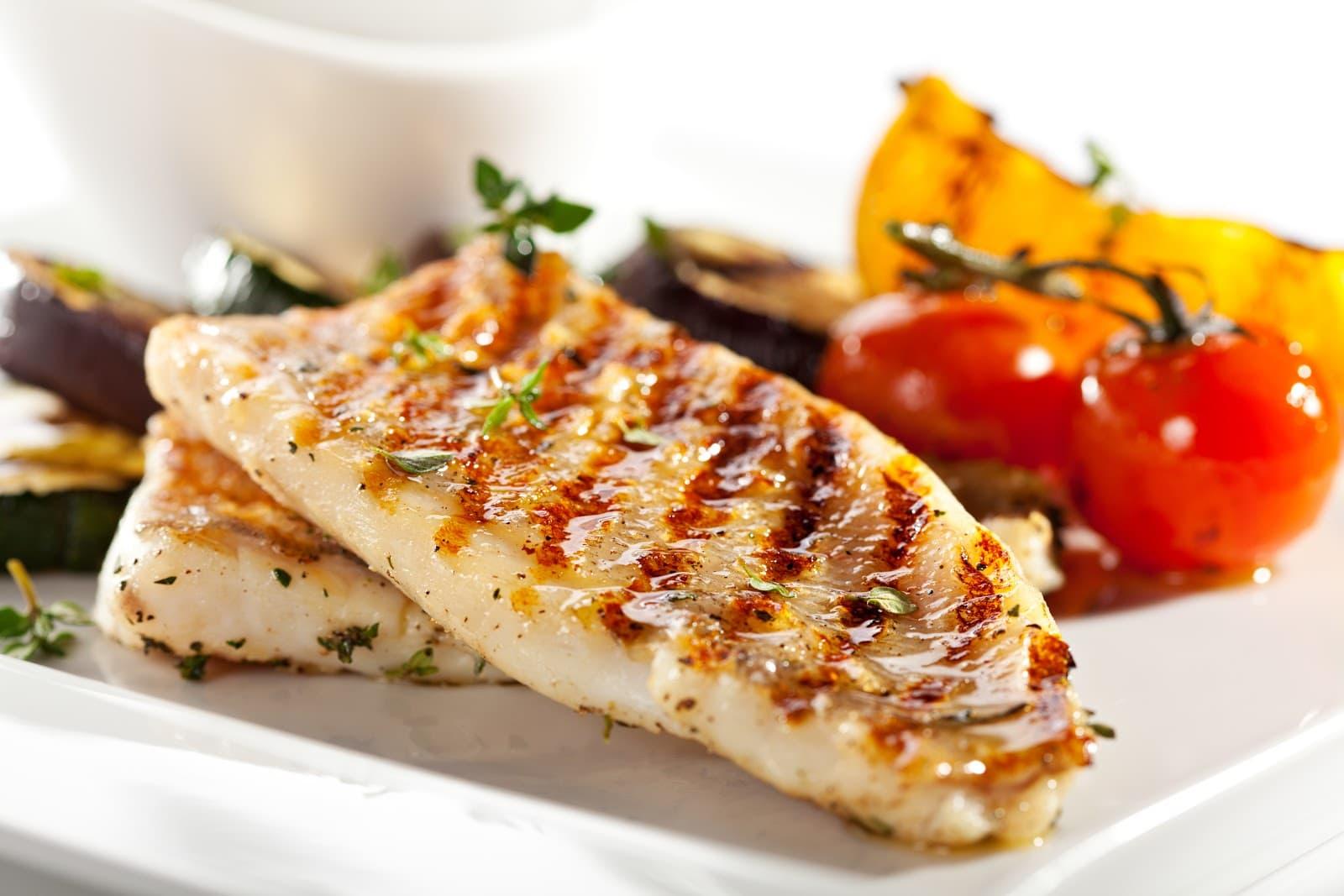 Prato de filé de peixe com verduras
