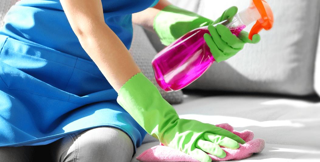 Aprenda limpar ou tirar manchas do sofá