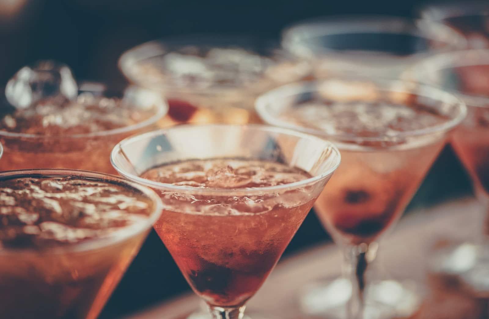 taças cheias com bebidas bem geladas