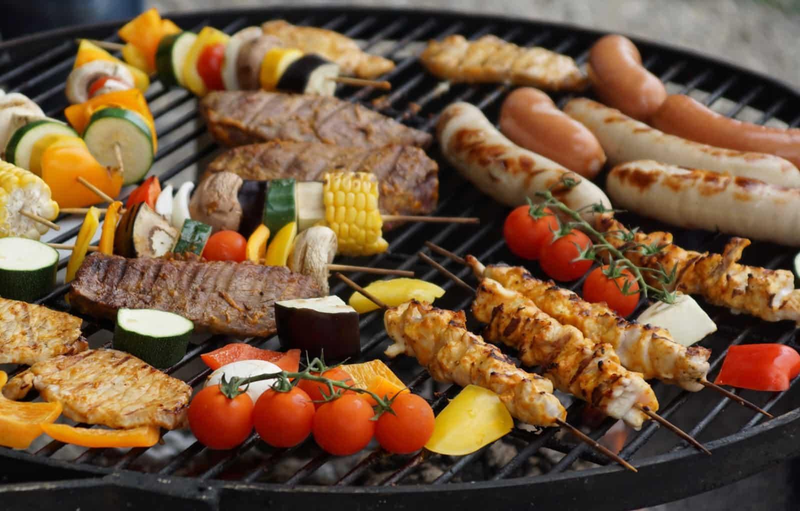 Grelha de churrasco com diversos tipos de carne em cima