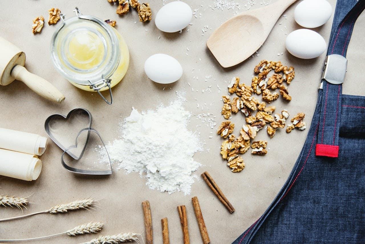 Mesa com ingredientes para uma torta de biscoito integral