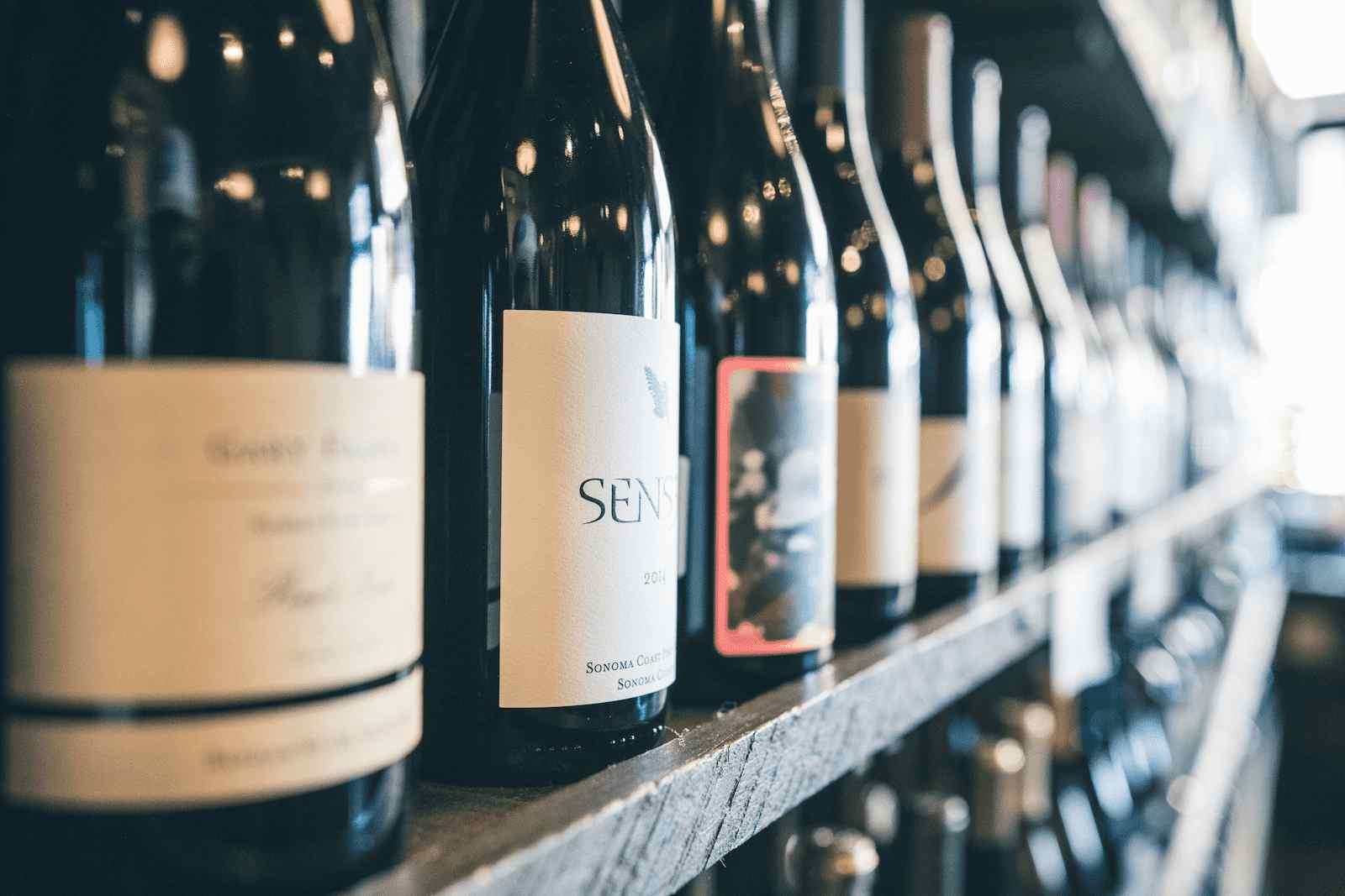 diferentes tipos de vinho em uma prateleira