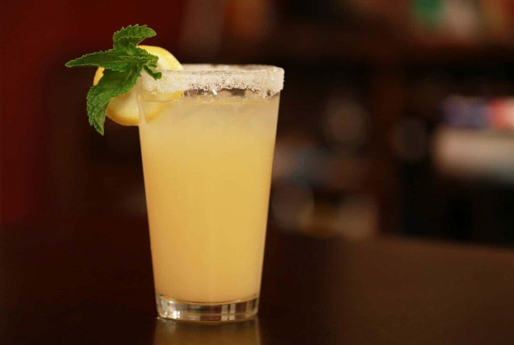 Copo de vidro cheio com limonada.