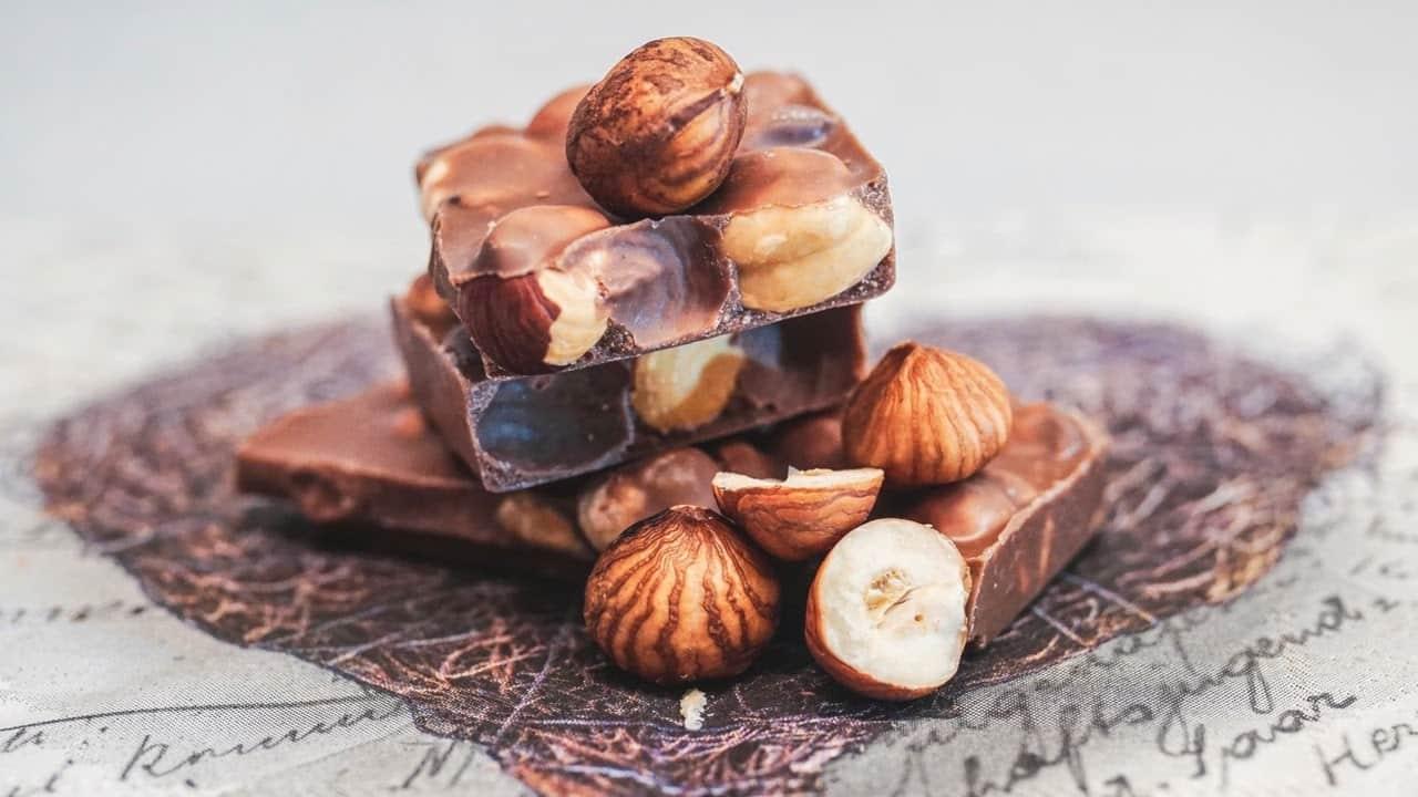 pedaços de chocolate com castanhas