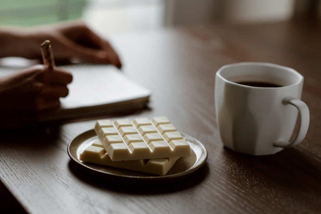 pedaços de chocolate branco em cima de uma mesa