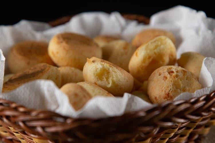 cesta com pães de queijos