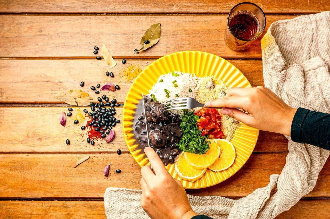 Prato com feijoada e acompanhamentos tradicionais