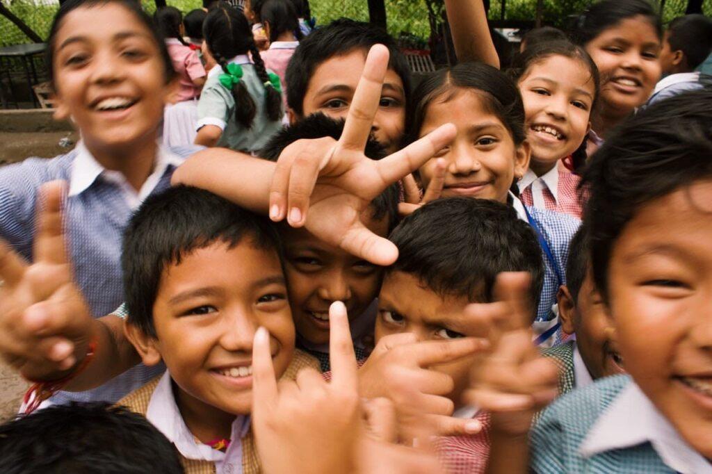 Várias crianças sorrindo para a foto.