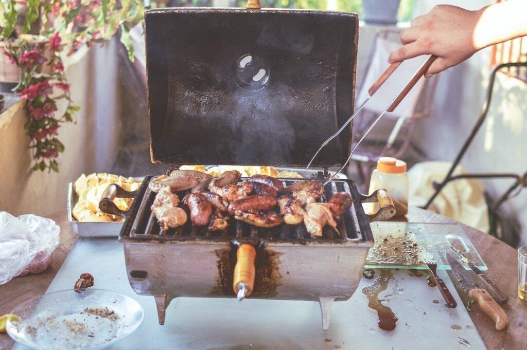 churrasqueira com várias carnes em cima.