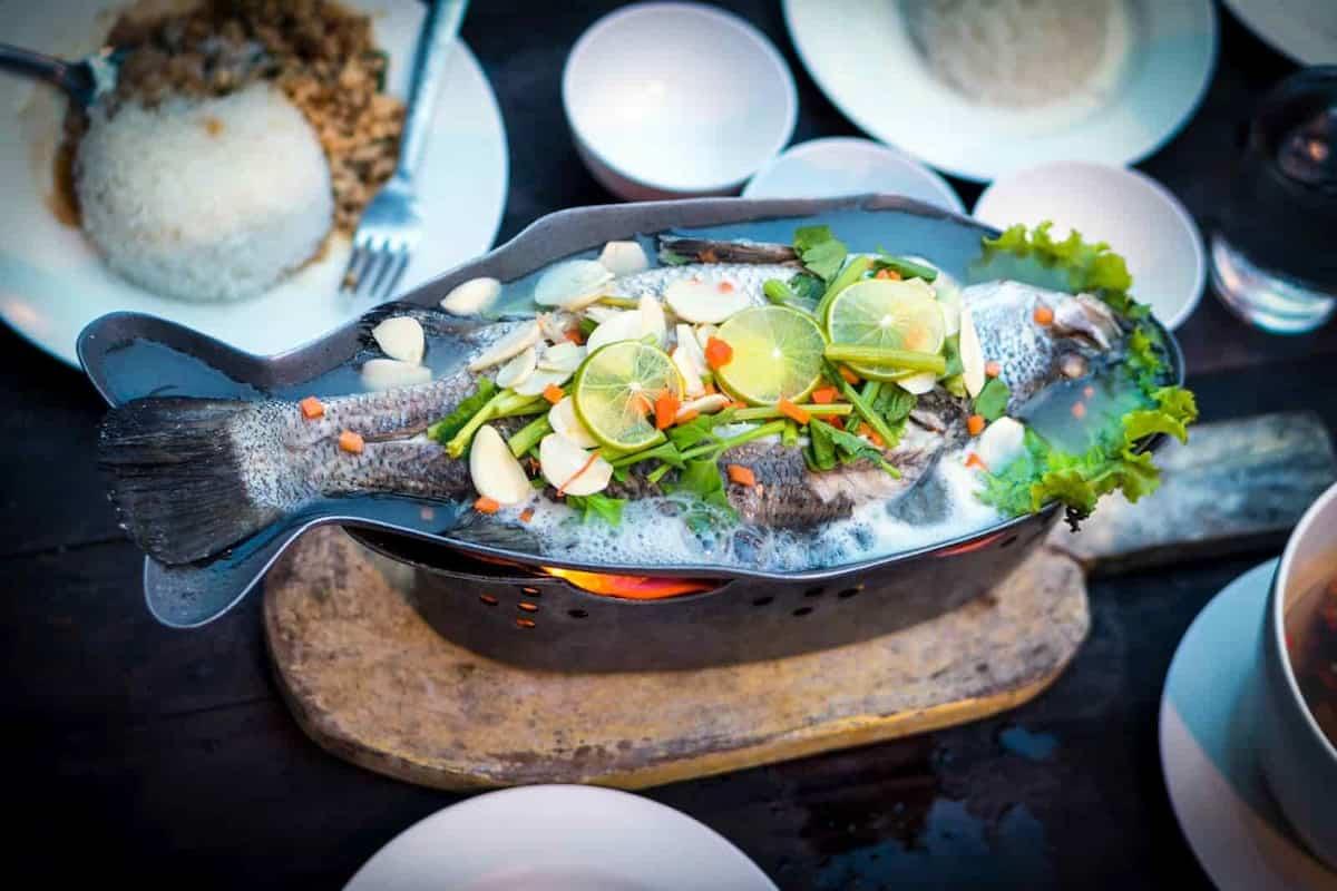 Prato servido com peixe inteiro