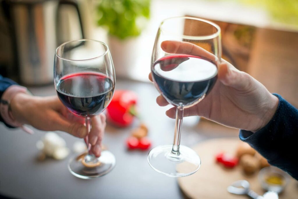 Duas taças com vinhos chilenos.