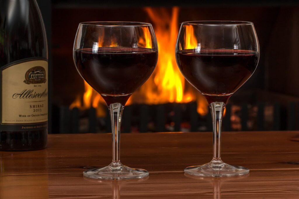 Duas taças com vinho em uma mesa