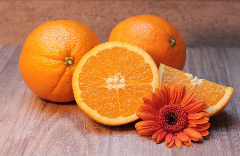 três laranjas em cima de uma mesa