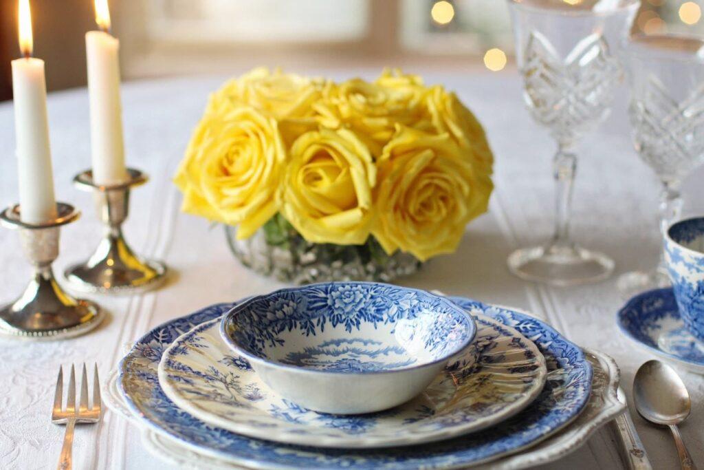 mesa montada com pratos e talheres em posições corretas