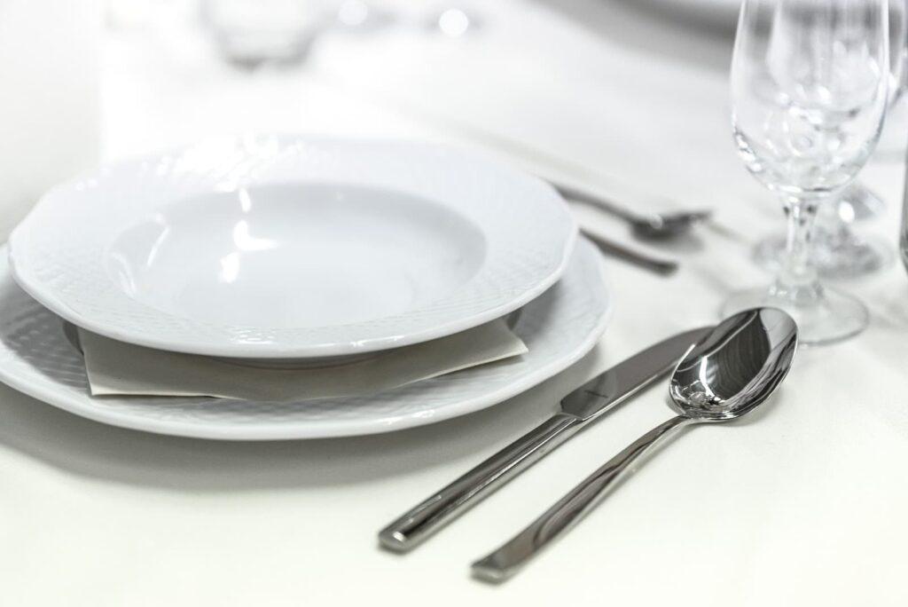 mesa montada com pratos e talheres