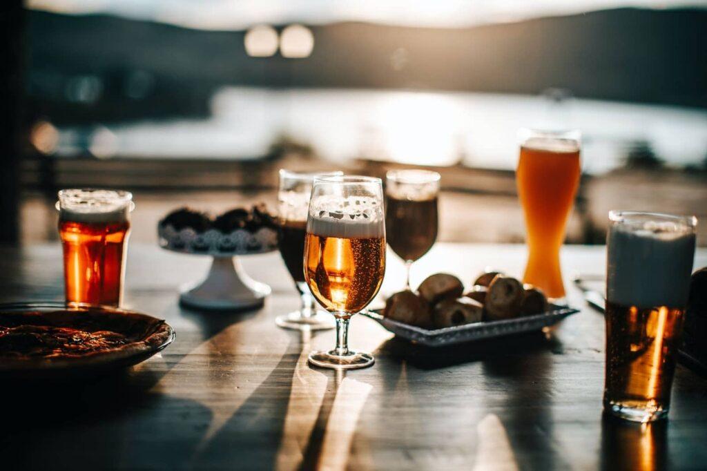 cervejas em uma mesa ao por do sol