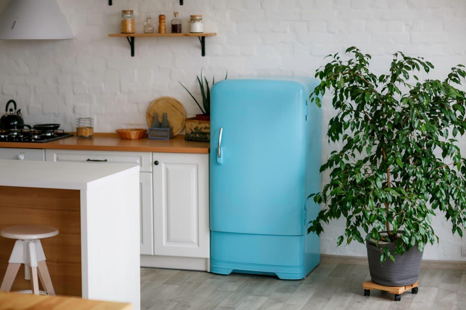 Geladeira azul em uma cozinha