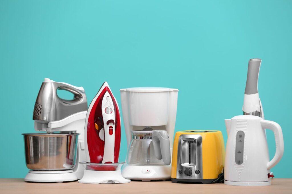 pequenos eletrodomésticos coloridos (ferro, batedeira é máquina de café).