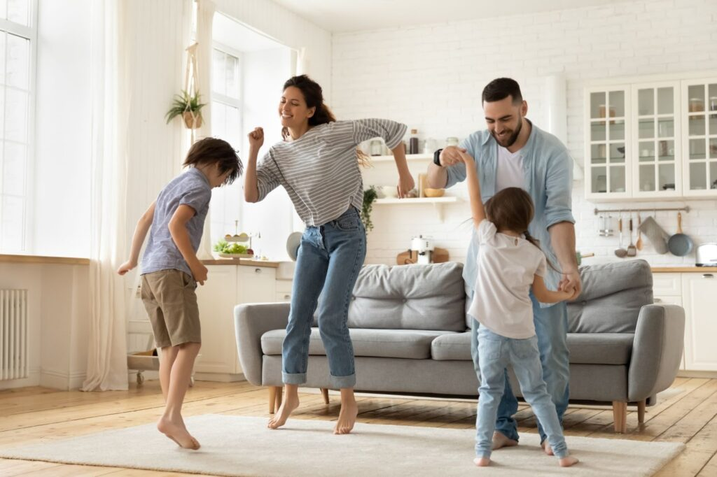 familia brincando na sala de dançar