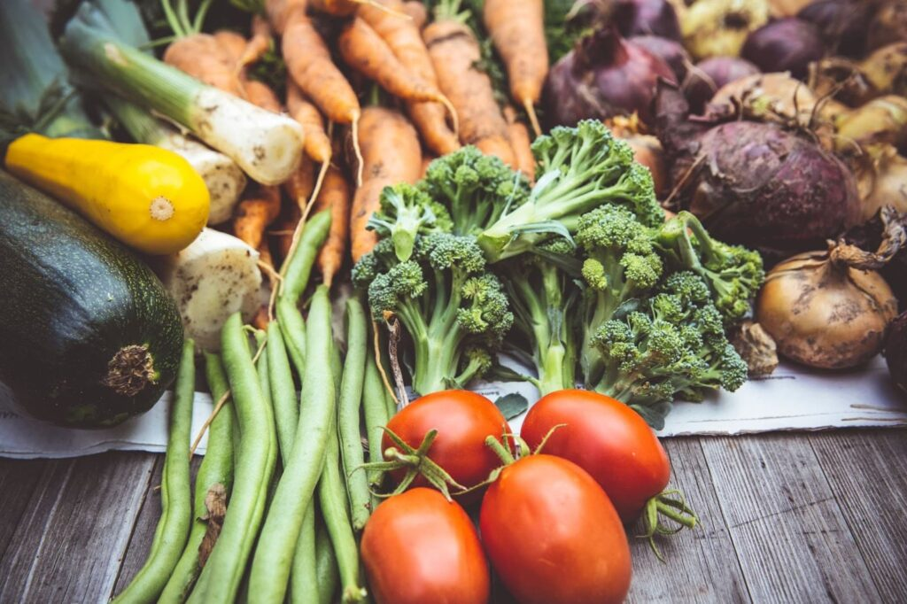diversos legumes reunidos em uma mesa