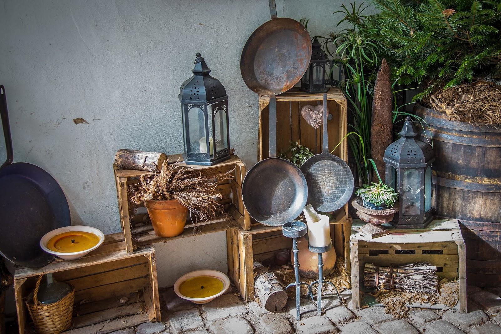 imagem mostrando uma sala cheia de panelas de ferro, rústico, de madeira