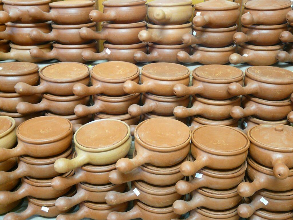 panelas de fundue, de cerâmica, empilhadas