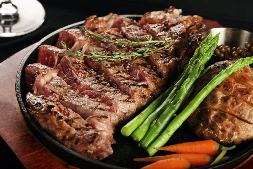 Bife de carne preparado com temperos naturais