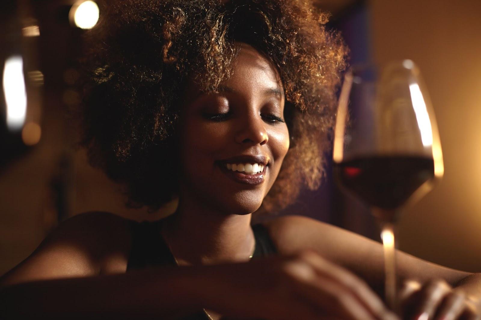 Mulher degustando vinho