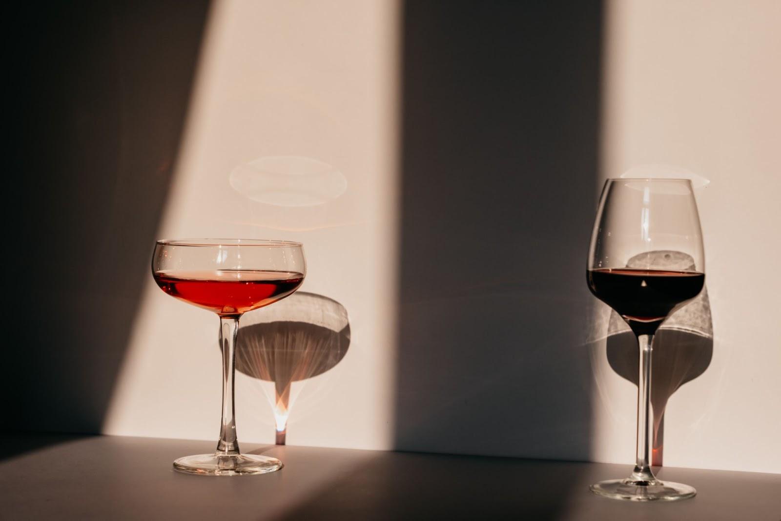 Imagem que mostra duas taças de vinho à sombra