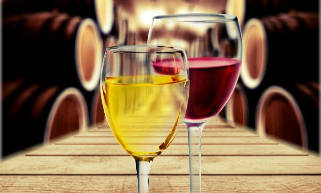 Duas taças de vinho sobre a mesa